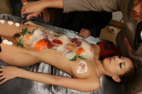 【エロ画像】女体盛りされるピンクコンパニオンのえろ画像20枚
