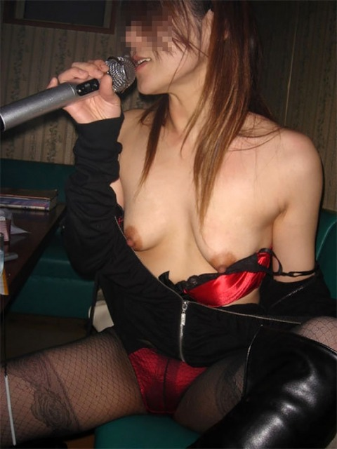 【素人悪ふざけ】女子だけのカラオケ新年会がおっぱいとか出しまくりでクッソエロいンゴwwwwwwww(画像あり)・20枚目の画像