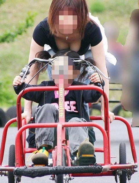 【不倫率80%】無防備な胸チラしちゃう子連れ妻はやはりビッチが多い件wwwwww(エロ画像あり)・17枚目の画像