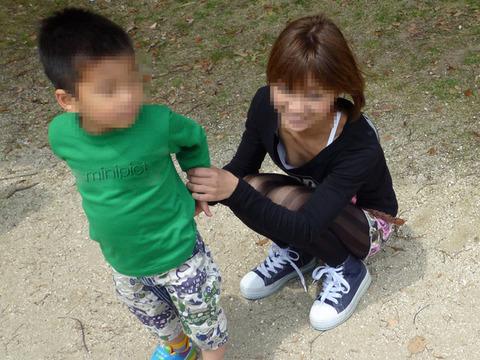 【不倫率80%】無防備な胸チラしちゃう子連れ妻はやはりビッチが多い件wwwwww(エロ画像あり)・8枚目の画像