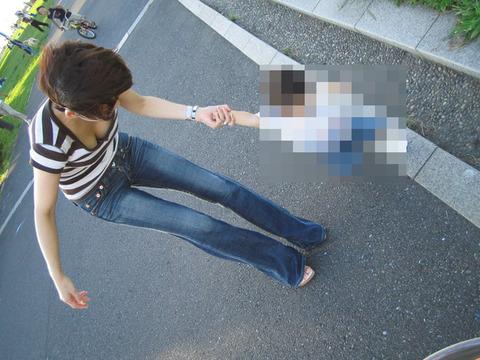 【不倫率80%】無防備な胸チラしちゃう子連れ妻はやはりビッチが多い件wwwwww(エロ画像あり)・4枚目の画像