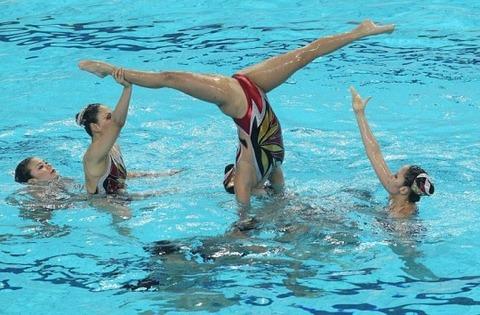 俺氏、水泳シンクロ女子をオナ禁して見たら下半身限定のストリップショーにしか見えなかったンゴwwwwww(画像あり)・1枚目の画像