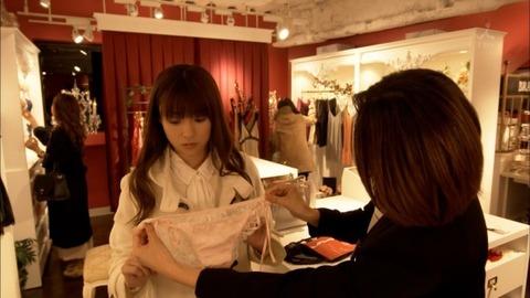 【深田恭子】着衣巨乳だけではなく過激下着まで披露してくれた深キョンが神すぐるwwwwwww(エロキャプ画像あり)・15枚目の画像