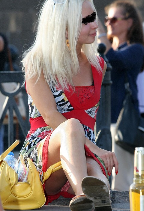 白人美女の休日がパンチラ三昧wwwwww「股ユル過ぎ」「開放的過ぎ」(盗撮画像あり)・11枚目の画像