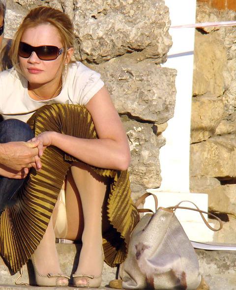 白人美女の休日がパンチラ三昧wwwwww「股ユル過ぎ」「開放的過ぎ」(盗撮画像あり)・17枚目の画像