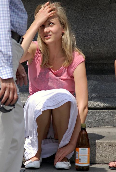 白人美女の街で拝めるパンチラ盗撮エロ画像30枚・39枚目の画像