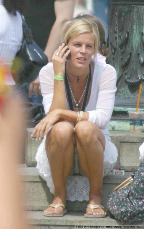 白人美女の休日がパンチラ三昧wwwwww「股ユル過ぎ」「開放的過ぎ」(盗撮画像あり)・16枚目の画像