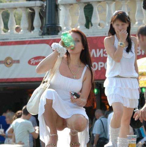 白人美女の街で拝めるパンチラ盗撮エロ画像30枚・36枚目の画像