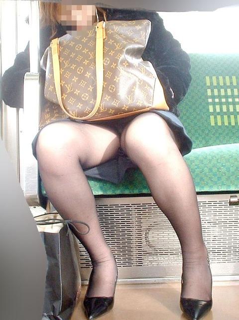 パンチラ素人が目の前にいる電車内での盗撮エロ画像30枚・3枚目の画像