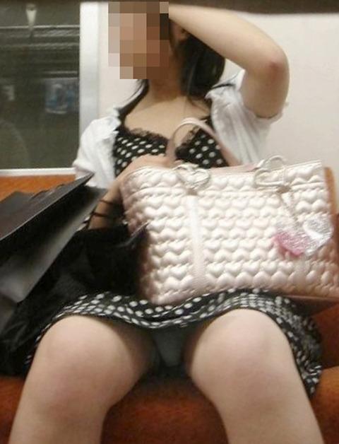 パンチラ素人が目の前にいる電車内での盗撮エロ画像30枚・33枚目の画像