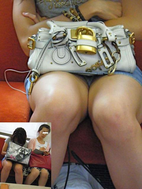 パンチラ素人が目の前にいる電車内での盗撮エロ画像30枚・32枚目の画像