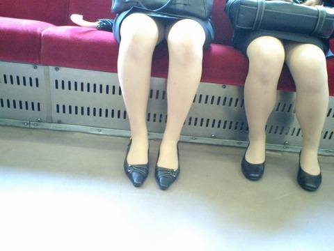 パンチラ素人が目の前にいる電車内での盗撮エロ画像30枚・7枚目の画像