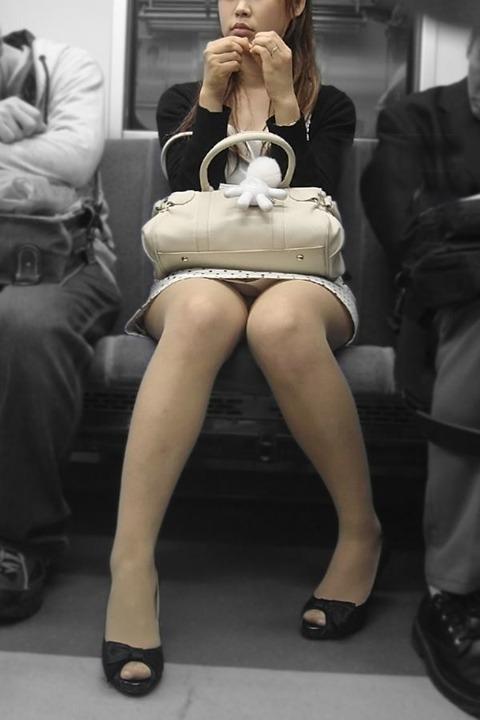 パンチラ素人が目の前にいる電車内での盗撮エロ画像30枚・1枚目の画像