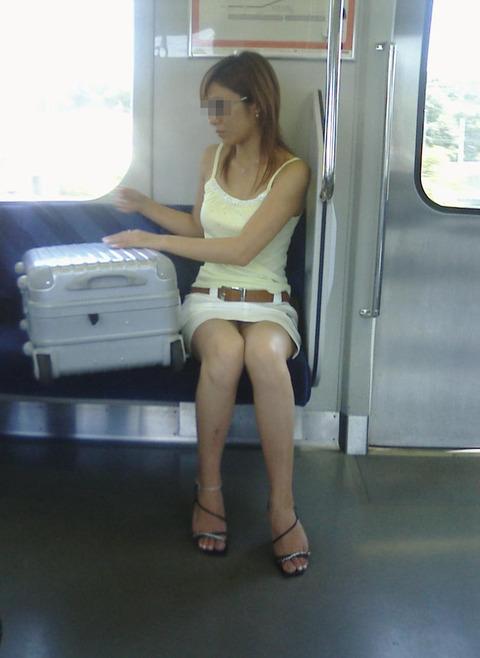 パンチラ素人が目の前にいる電車内での盗撮エロ画像30枚・35枚目の画像