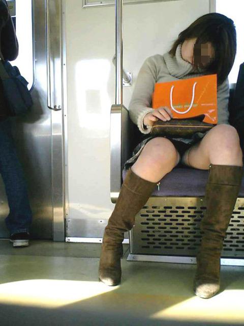 パンチラ素人が目の前にいる電車内での盗撮エロ画像30枚・18枚目の画像