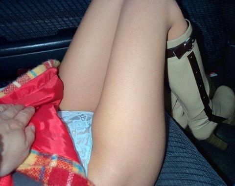 車内パンチラ不可避のミニスカ女の盗撮エロ画像30枚・23枚目の画像