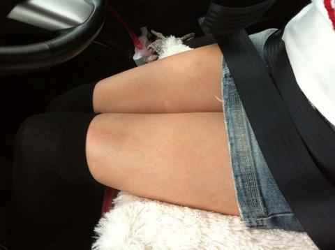 車内パンチラ不可避のミニスカ女の盗撮エロ画像30枚・7枚目の画像