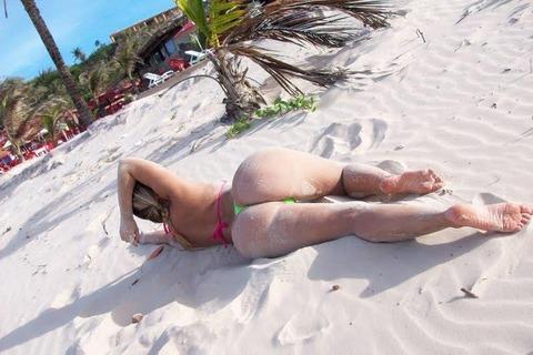 海外のビーチがヌーディストビーチ以外もTバック水着天国でエロいwwwwwwww(画像あり)・11枚目の画像