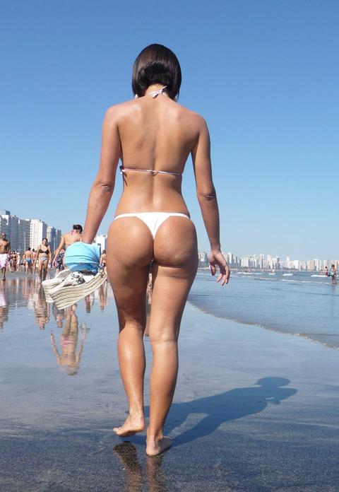 海外のビーチがヌーディストビーチ以外もTバック水着天国でエロいwwwwwwww(画像あり)・29枚目の画像