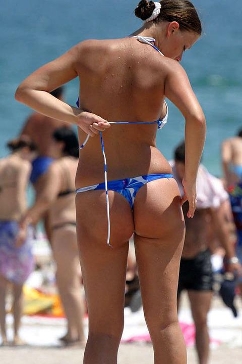海外のビーチがヌーディストビーチ以外もTバック水着天国でエロいwwwwwwww(画像あり)・14枚目の画像