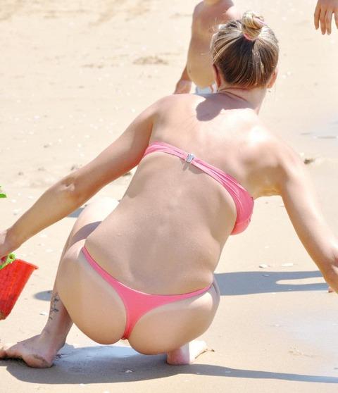 海外のビーチがヌーディストビーチ以外もTバック水着天国でエロいwwwwwwww(画像あり)・13枚目の画像