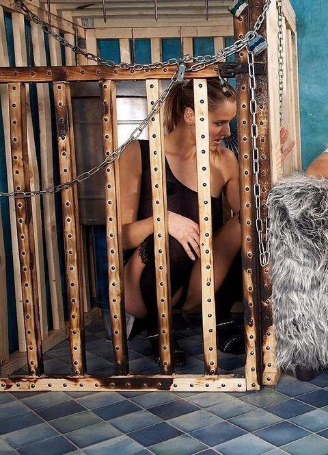 監禁調教という事件性高そうな海外の本気のSMエロ画像30枚・17枚目の画像
